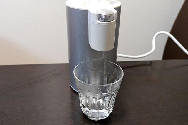 ダイヤルを左右に何回か回すと、本体クリーニングのために常温の水が10秒間出てきます
