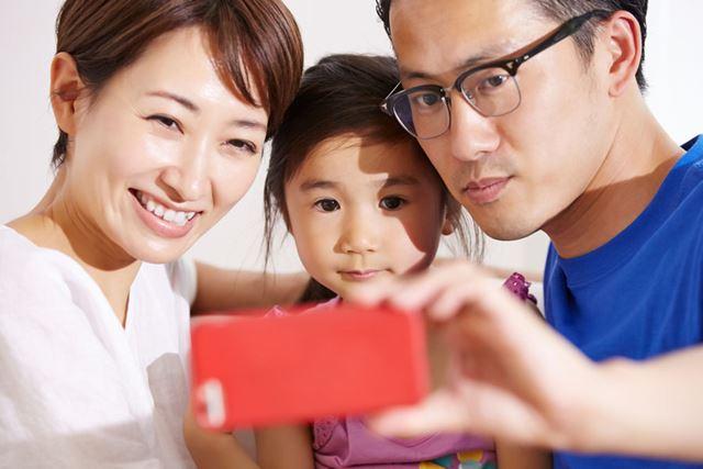 NTTドコモとソフトバンクは、自社のサービスを使う子育て世帯向け特典を用意