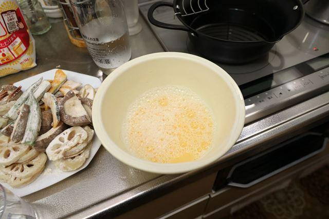 天ぷらの衣に炭酸水を混ぜると泡々になります