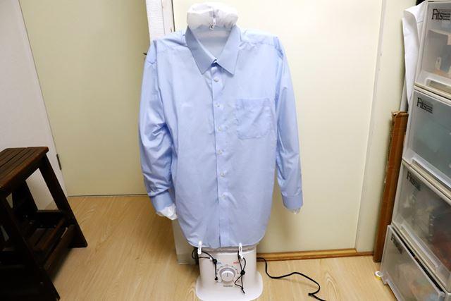 そこにシャツを着せます。すそは、付属のクリップで前後4か所を固定