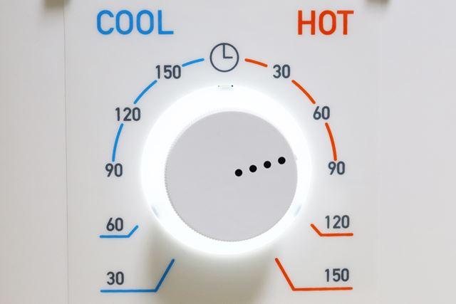 スイッチ兼タイマーはダイヤル式。夏場や温風乾燥が難しい衣類には送風モードも使えます