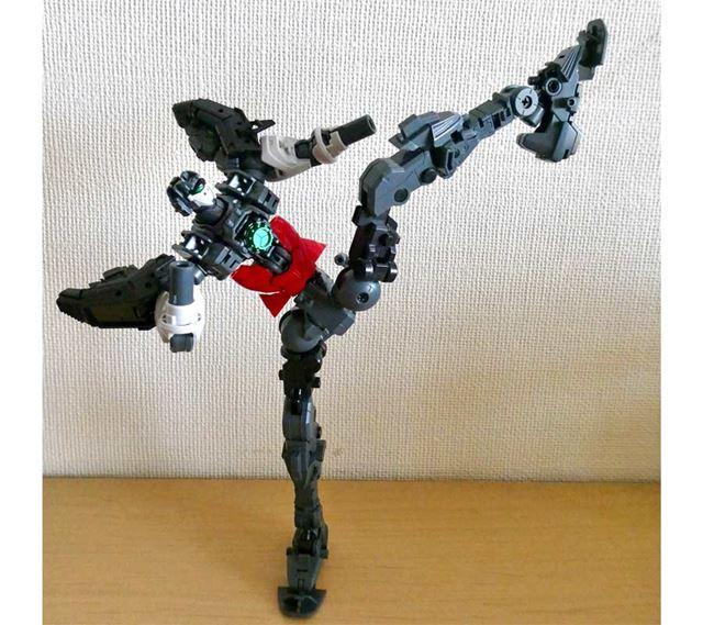 """さらにここまで脚を上げても問題なし。""""蹴り""""を再現できるガンプラです"""