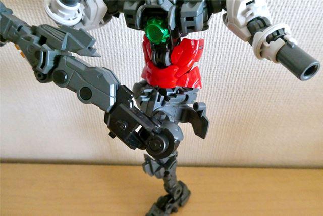 このように脚をクロスさせるような動きも可能で、さらに自立するバランスのよさ