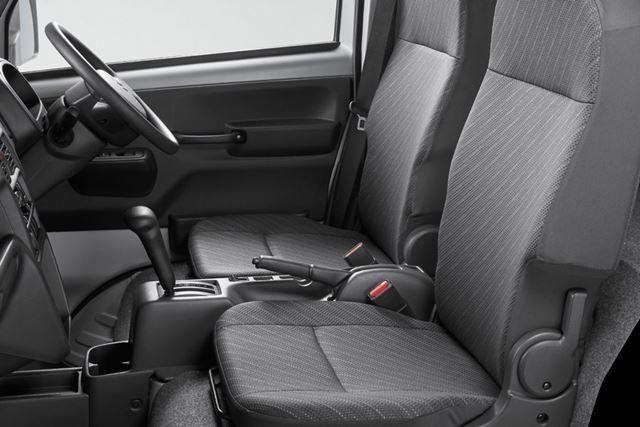 車内は一見、一般的な軽トラと同じような感じ。シートは運転席が180mm、助手席が100mmスライドできる