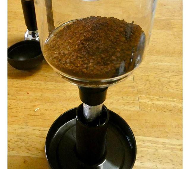 フィルターをセットした上ボールにコーヒーが入りました。準備OKです