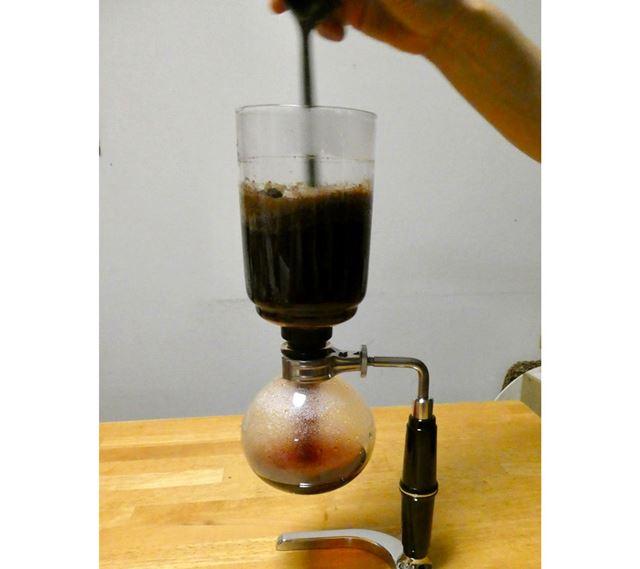 コーヒーが下がりだしたら上ボールをかくはんします