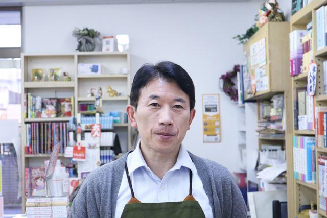 雄峰堂書店兜町店 外商チーフの森山篤さん。ご自身も20年以上の株取引経験あり。「あのときあの企業を買っておけばよかった、という後悔は数知れません(笑)」