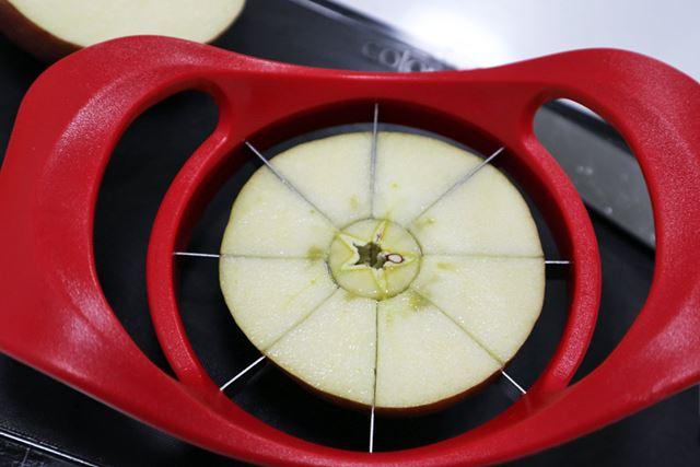 「フルーツカッター 半月切」を出動! 真ん中の丸い部分を芯に沿って当てて……