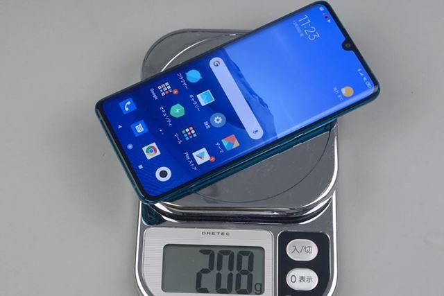 重量は208g。5000mAh以上という大容量バッテリーを内蔵しているため、かなりの重量級だ