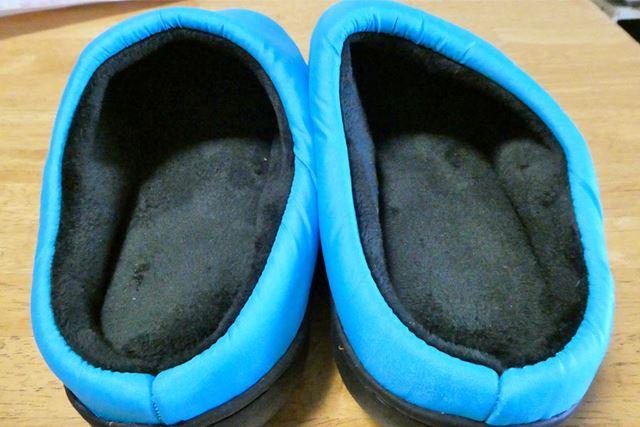 足先を入れる部分は、足を包むように両サイドがふっくらと盛り上がっています