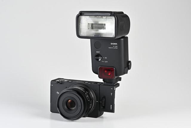 HU-11に別売のフラッシュ「EF-630」を装着したイメージ