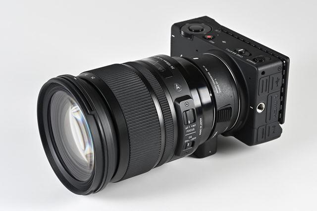 EFマウントの標準ズームレンズ24-105mm F4 DG OS HSMを装着したイメージ(MC-21使用)