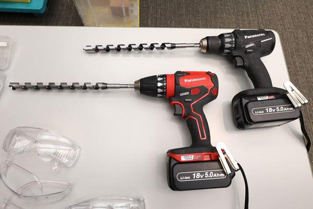 左の赤いモデルが新製品「EZ74A3」です