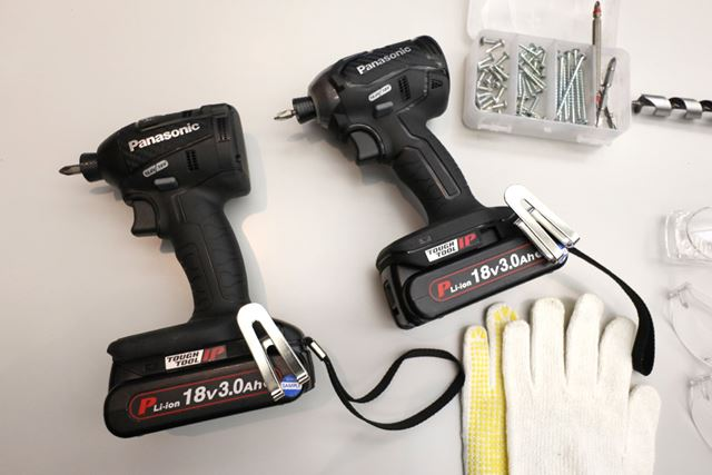 右のモデルが新製品「EZ76A1」。前モデル(左)と外観はほとんど変化なし