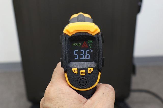 スタート20分後のパネル表面温度は53.6℃。触ってもそれほど熱くは感じません