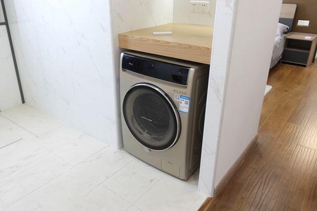 こちらがドラム型全自動洗濯機。洗濯が終わって扉を開くと……