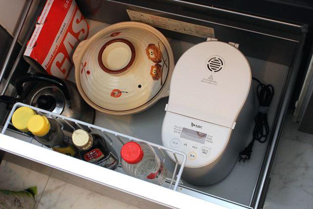 サイズはこんな感じで、キッチン下の収納にも収まります。そこまで場所を取らないので、置き場に困りません