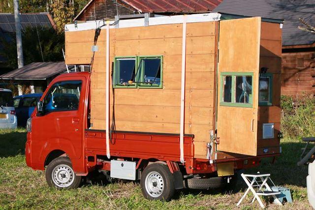 """木造の""""家""""を荷台にくくりつけるように固定するのが基本スタイル"""