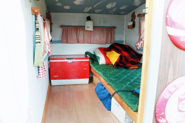 外観とテイストを合わせた室内もレトロでかわいい。ベッドの寝心地もよさそうで、本当に家っぽい