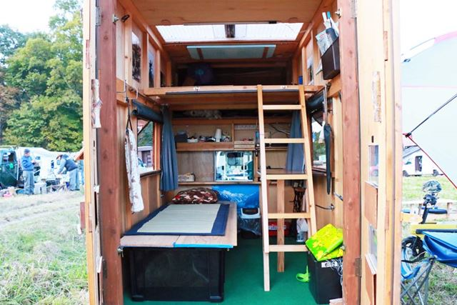 2階構造の室内。1階にベッドも設置されているが、ロフトでも寝られる