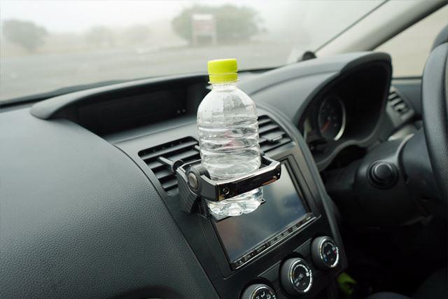 ペットボトルは500mlのサイズまでOK。ガタツキがない分、若干キツいぐらいのホールド感です