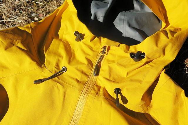 フードにあるドローコードを絞れば、首まわりから暖気が逃げにくくなり、保温性が高まる