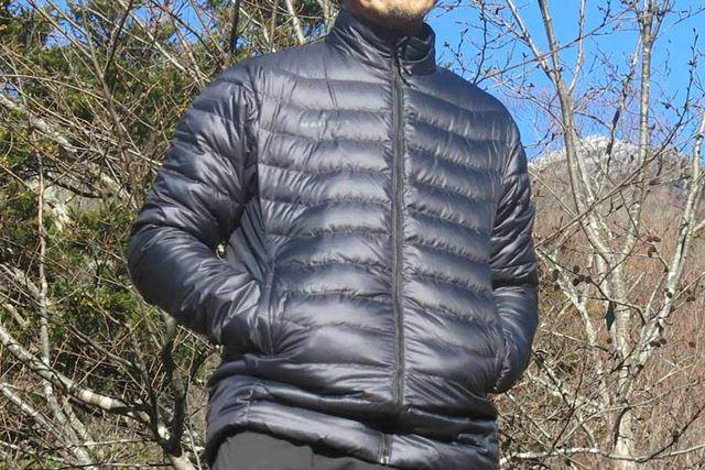 野暮ったさとは無縁のシンプルなダウンジャケット。街着としても使いやすい