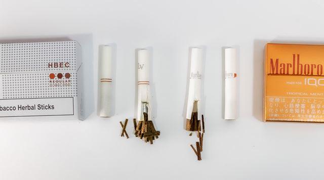 「アイコス」ヒートスティック(左)と「ローリー プロ」専用スティック。中のたばこ葉の成形もそっくりだ