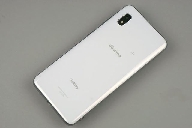 シンプルな背面のデザイン。FeliCaポートが背面の上部に配置されている。指紋認証センサーは非搭載