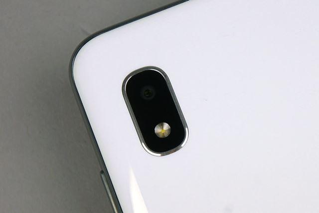 背面に備わるメインカメラは約800万画素のイメージセンサーを使用。カメラ1基のみのシンプルなカメラだ