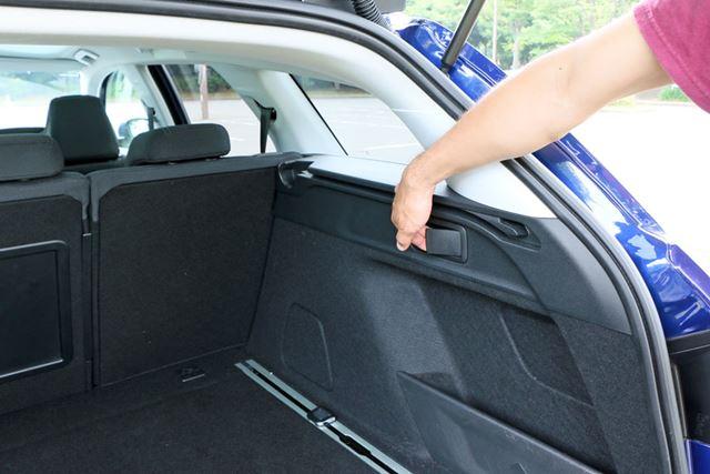 リアゲート側からリアシートを倒す際には、車体後方の両側面にあるレバーを引けばいい