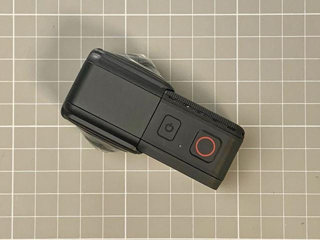 本体上部(装着コアモジュール)は電源ボタンと録画の開始/停止ボタンのみのシンプルな設計です