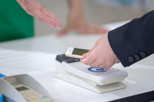 「アメックス・プラチナ・カード」なら、コンビニでも素早く手軽に決済を完了できる