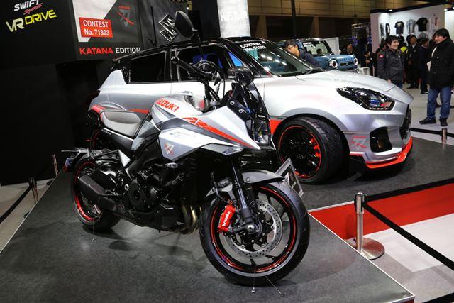 手前のバイクが、2019年に発売されたスズキ 新型「カタナ」