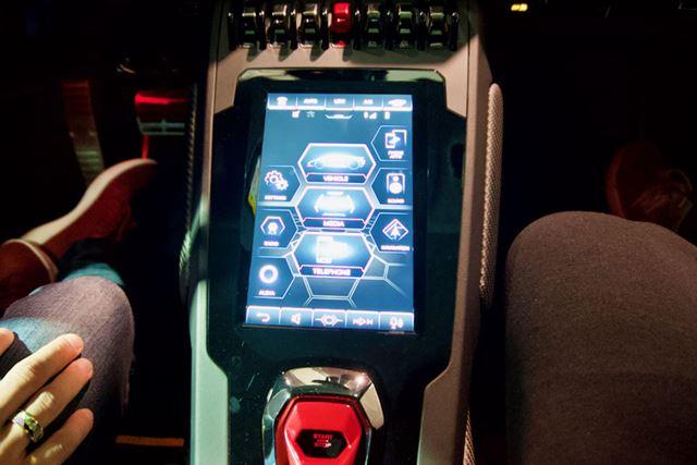 運転席右脇にあるコントロールパネルとAmazon「Alexa」が連携