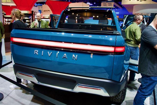 テスラ「Cybertruck」と比較すると、フォードなどの伝統的なピックアップトラックに近いデザインです