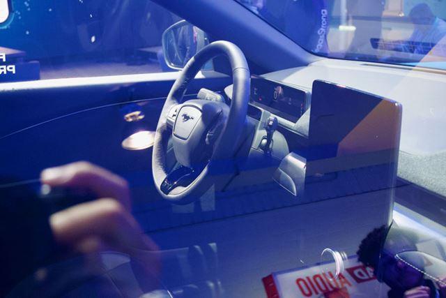 テスラのような大型ディスプレイを運転席の右脇に備えています