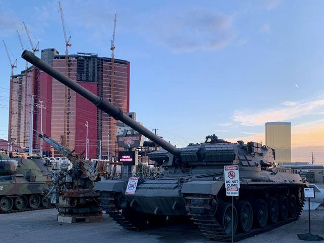 本物の戦車が市街地に鎮座するユニークな光景。ここまでは無料で入場でき、写真撮影も可能です