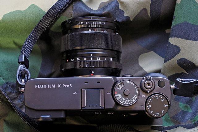 レンジファインダーカメラではお馴染みのダイヤルが軍艦部に並ぶ。正面と背面にはコマンドダイヤルも装備