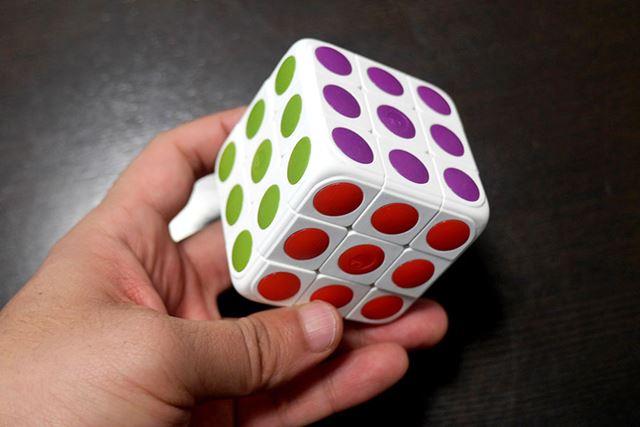 見た目は、ちょっとデザインに特徴のある、普通のキューブ型パズル