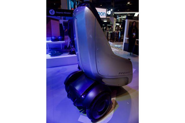 後部にある車輪に後部にある2つ並んだ車輪に、「i2」などと共通のセグウェイらしいデザインが感じられます
