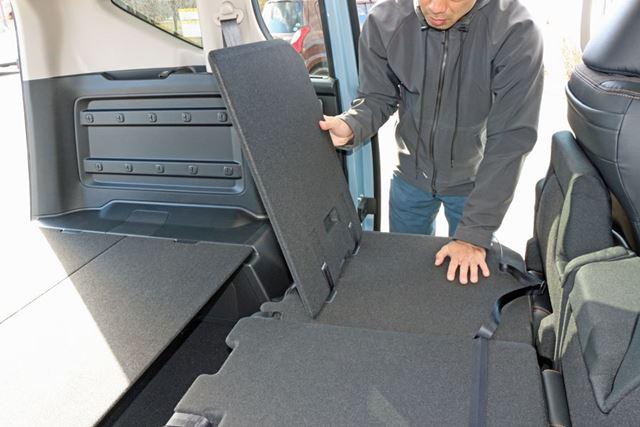 この隙間をふさぐためのパーツが用意されている。シートバック背面にあるボードを使うのだ