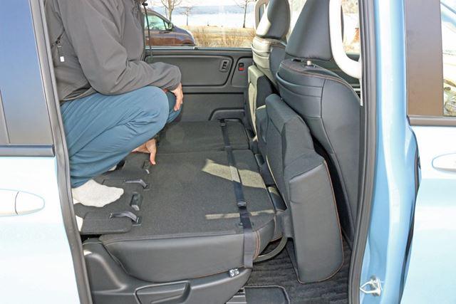 筆者が運転しやすいところにセットされた運転席に座面を立てかけると、このくらいの位置になる
