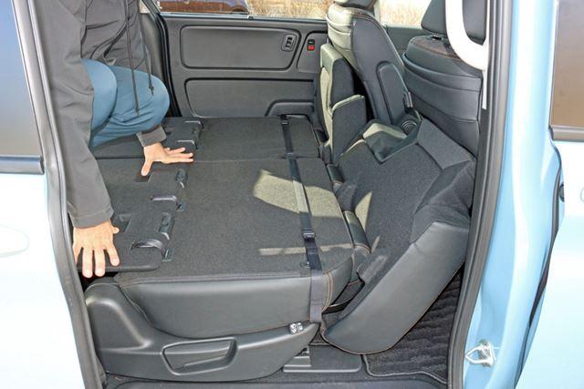 運転席を前にスライドさせると、立てかけた座面が斜めになり、横になるスペースの長さが拡大される