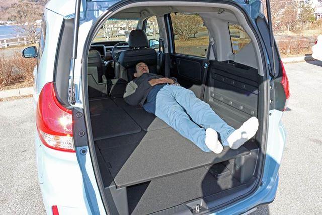横になってみると、ご覧のとおり。車体後方に足がくるようにして、まっすぐ寝転べた