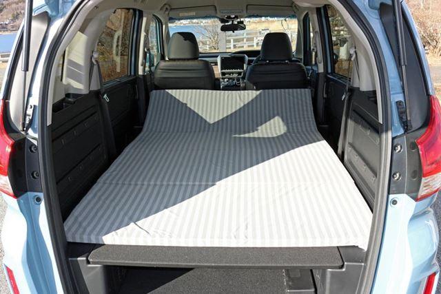 123(幅)×180(長さ)cmサイズのラゲッジクッションマットは、就寝スペース一面に敷ける