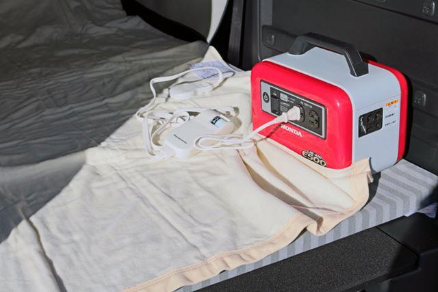 マットの上に電気毛布を敷き、蓄電機にACプラグを挿す