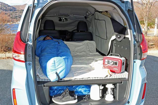 なお、いらない荷物は荷室用ユーティリティーボード下の空間に入れておけば、就寝スペースが広々と使える