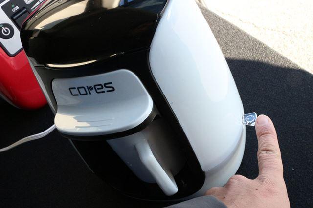 マグカップを置き、本体側面にあるスイッチを下げると電源がオンになり、抽出が始まる(下の動画参照)