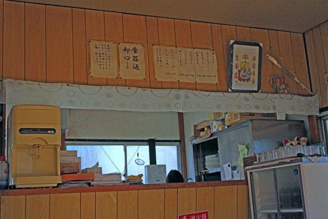 筆者が顔を上げた先には厨房があり、女将さんがひとりで忙しく作業している